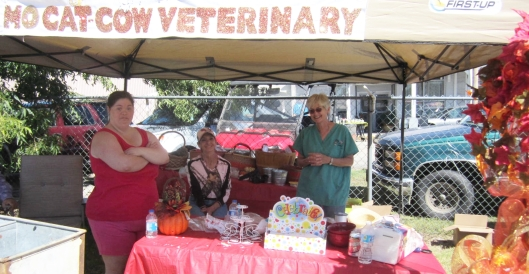 Giving away free cupcakes and prizes were the staff of MoCat and Cow Veterinary Clinic  of Koshkonong, Mo.