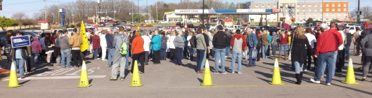 """The crowd at the """"Hugs for Hank"""" rally Saturday. (Hill 'n Holler staff photo by Mariann Hyslop)"""